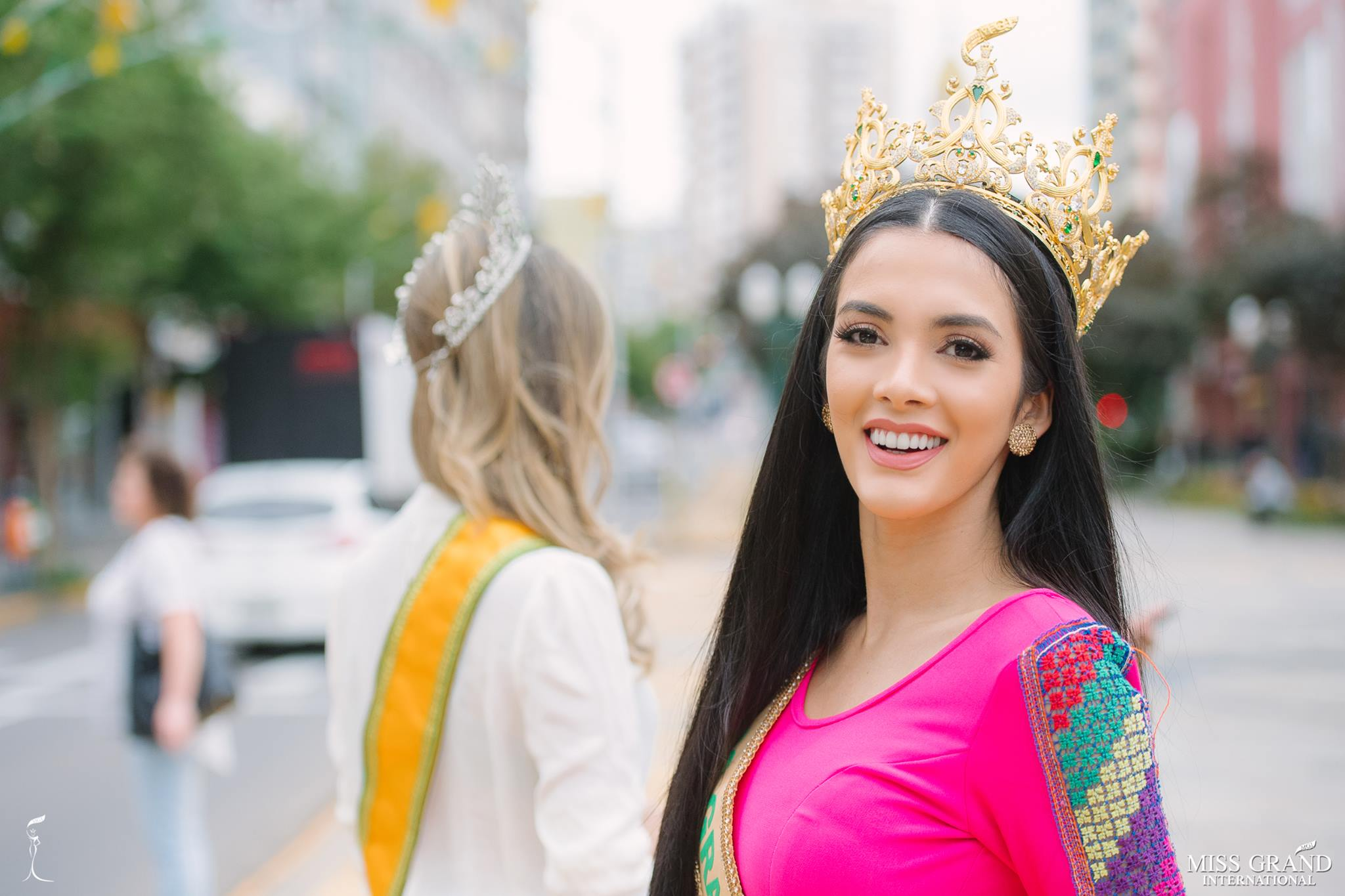 miss grand international 2018 visitando brasil para assistir a final de miss grand brasil 2019. Gciy5gkx